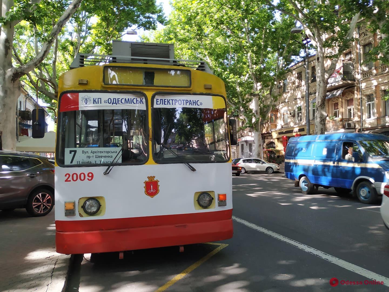 На Ришельевской «притерлись» троллейбус и легковушка
