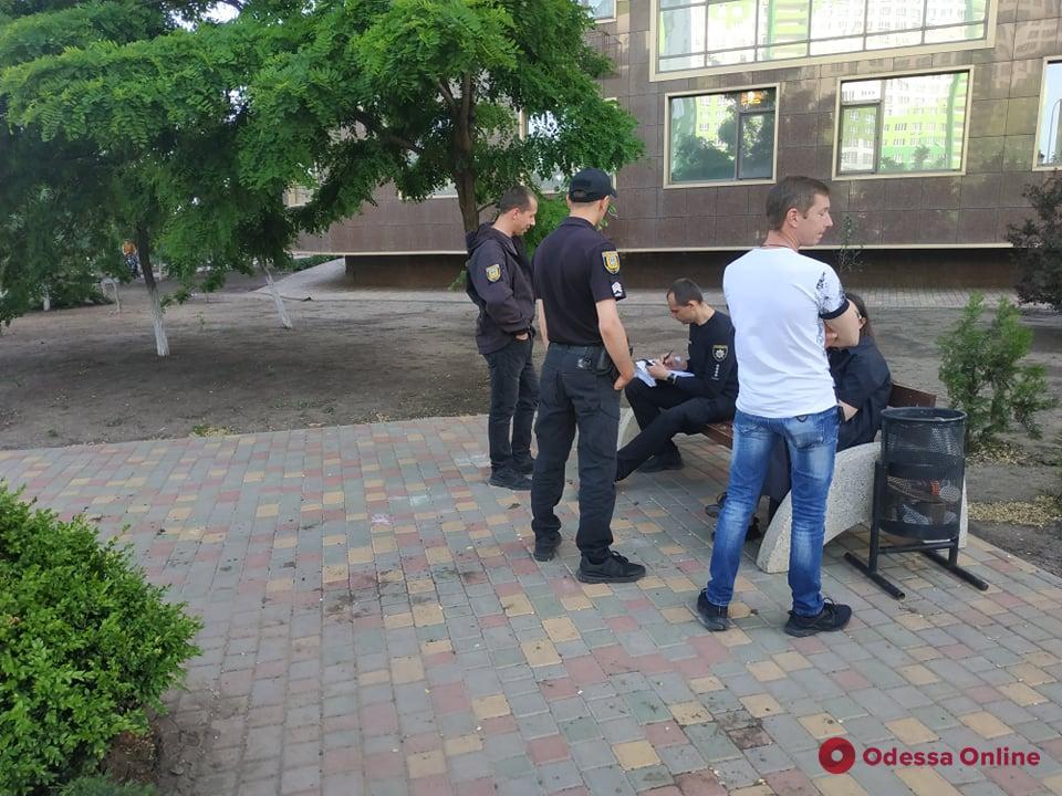 На поселке Котовского из окна многоэтажки выпал мужчина