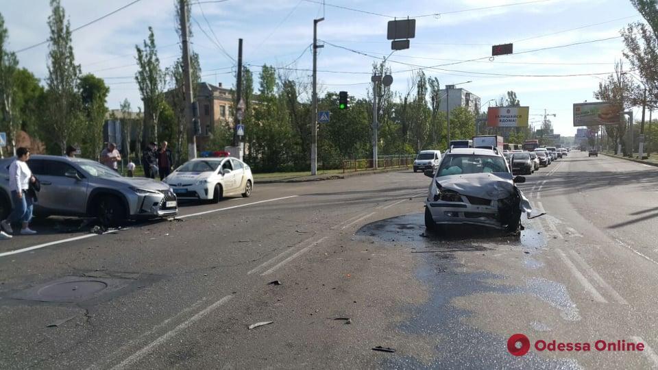 На Николаевской дороге столкнулись Hyundai и Lexus