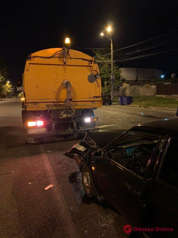 На Столбовой легковушка врезалась в грузовик