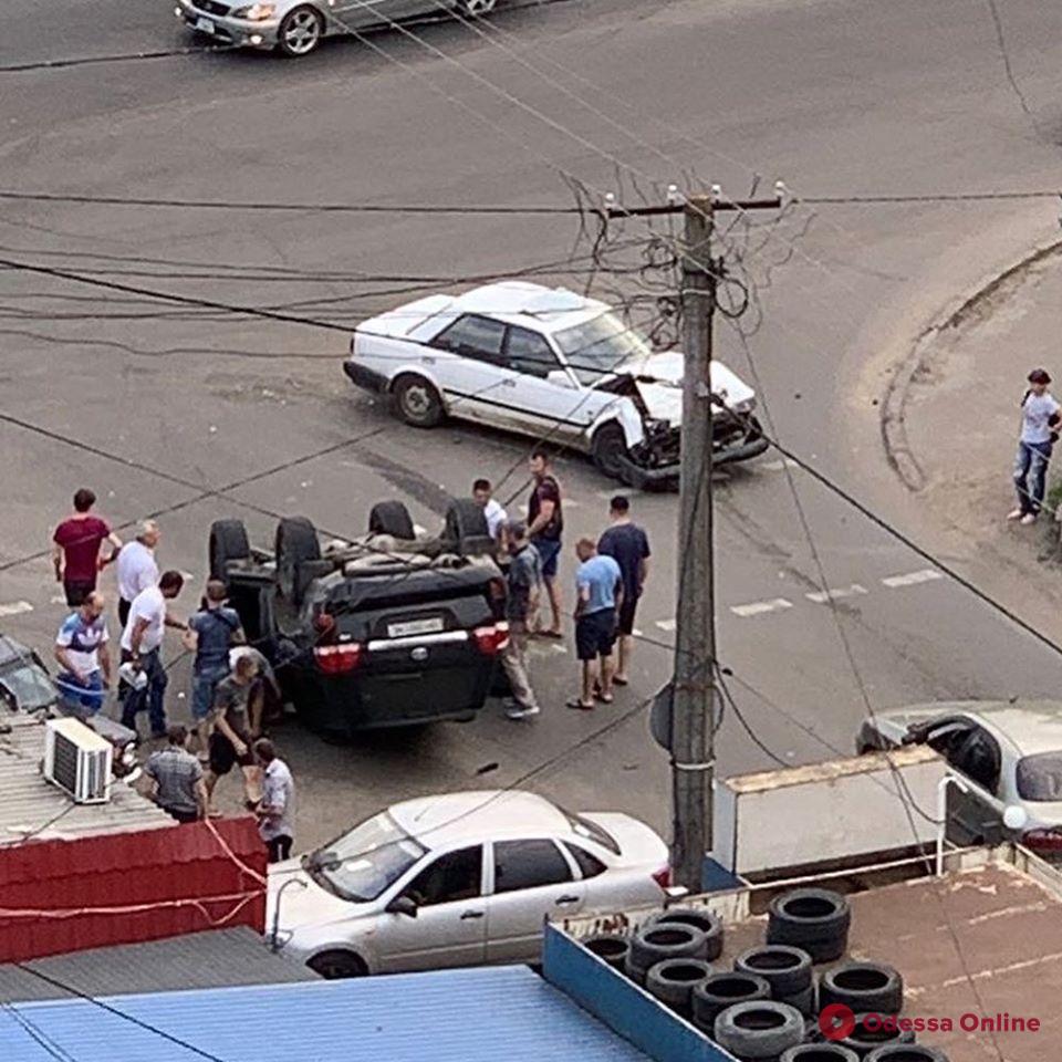 В Одессе на поселке Котовского в результате ДТП перевернулся внедорожник