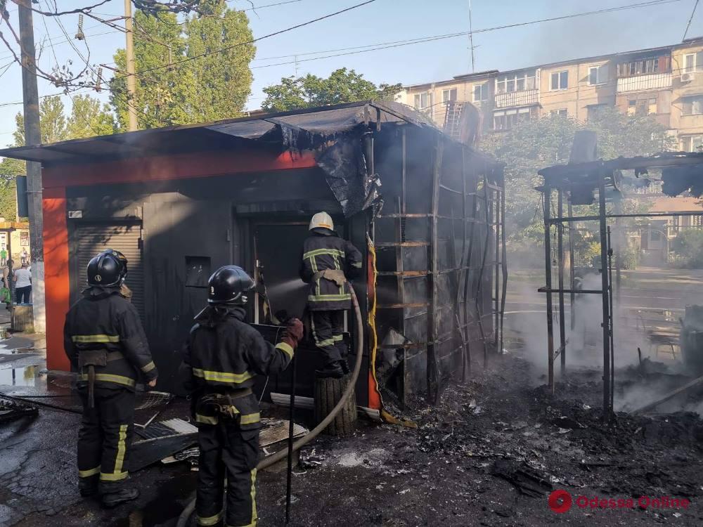 На Черемушках утром сгорел торговый павильон