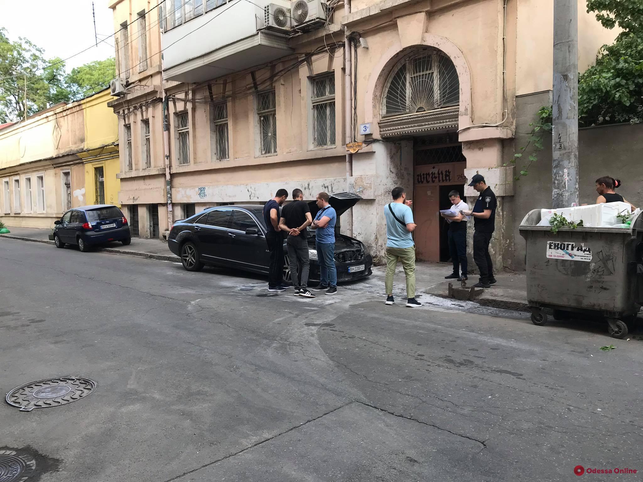 В Одессе подожгли машину известного адвоката (видео)