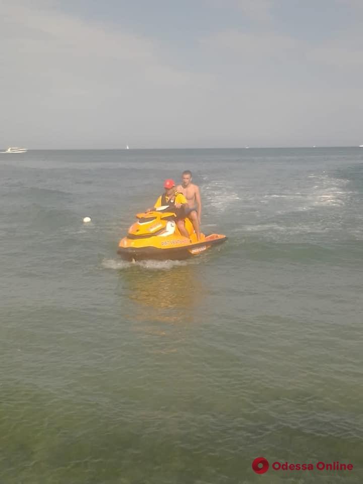 Не смог доплыть до берега: на одесском пляже спасли 20-летнего парня