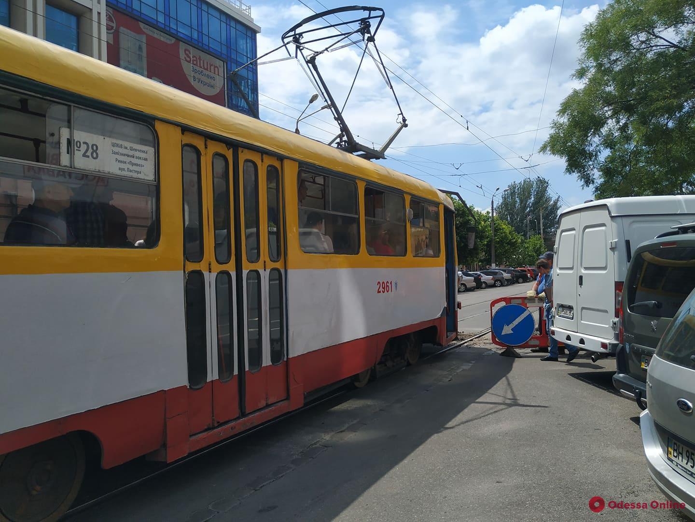 На Пантелеймоновской трамвай сошел с рельсов