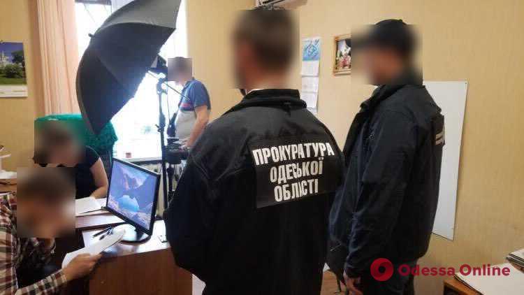 Одесса: руководителю и главному специалисту одного из отделов миграционной службы сообщили о подозрении