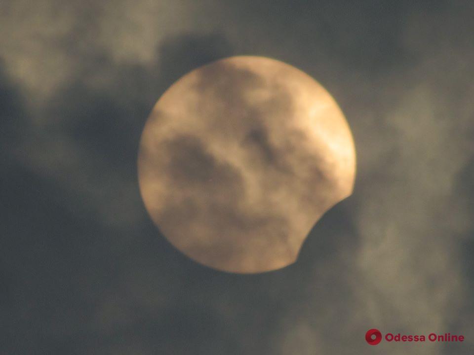 Одесситы наблюдали частичное солнечное затмение (фото)