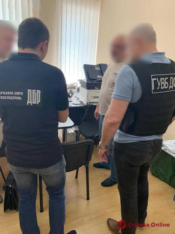 Ущерб на миллион: в Черноморске таможенника подозревают в халатности