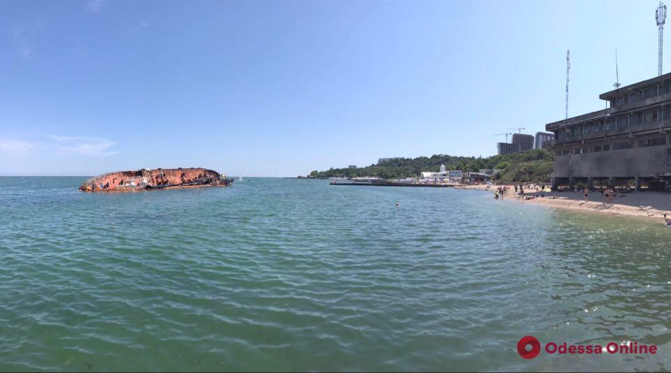 Из затонувшего на одесском пляже танкера «Делфи» вытекли нефтепродукты