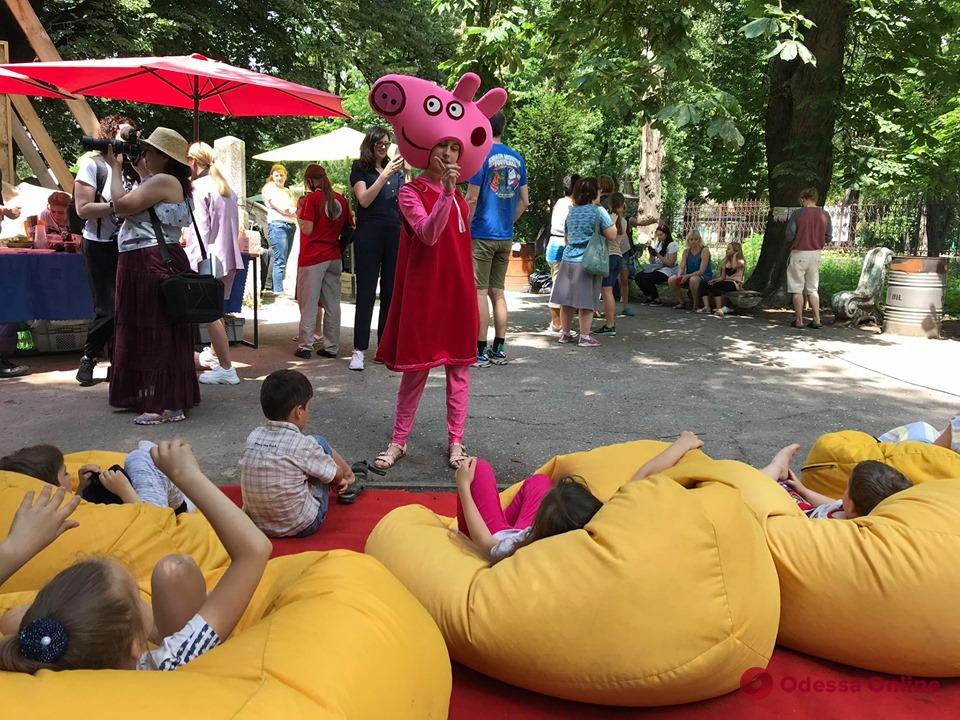 В «Замке монстров» на Французском бульваре проходит благотворительная ярмарка (фото)