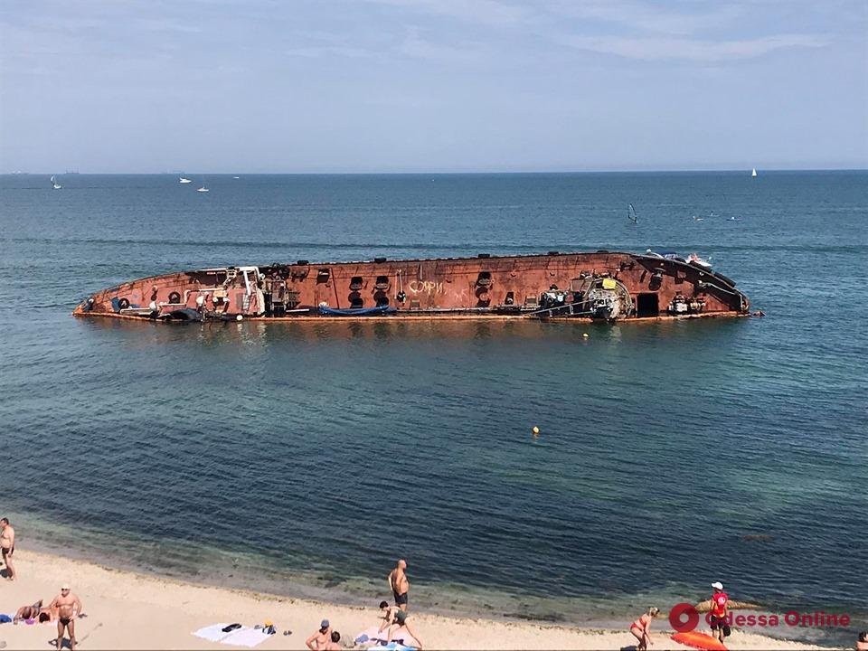 Экологическая ситуация в районе крушения танкера Delfi контролируемая, — мэрия (видео)