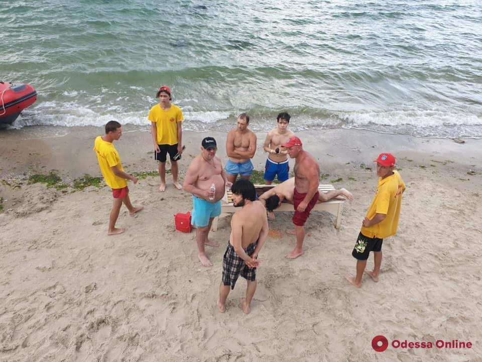 На одесском пляже спасли тонущего 19-летнего парня