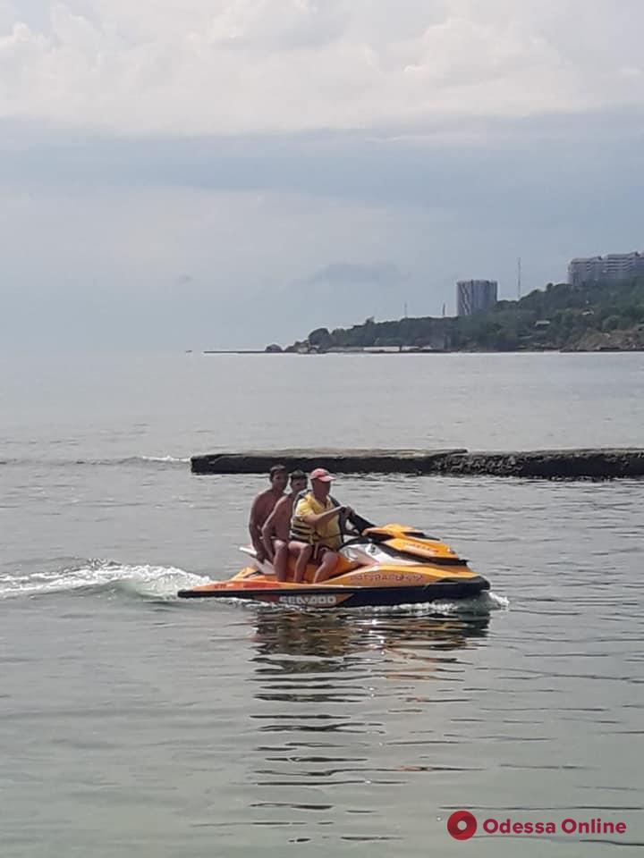 На одесском пляже спасли двух подростков