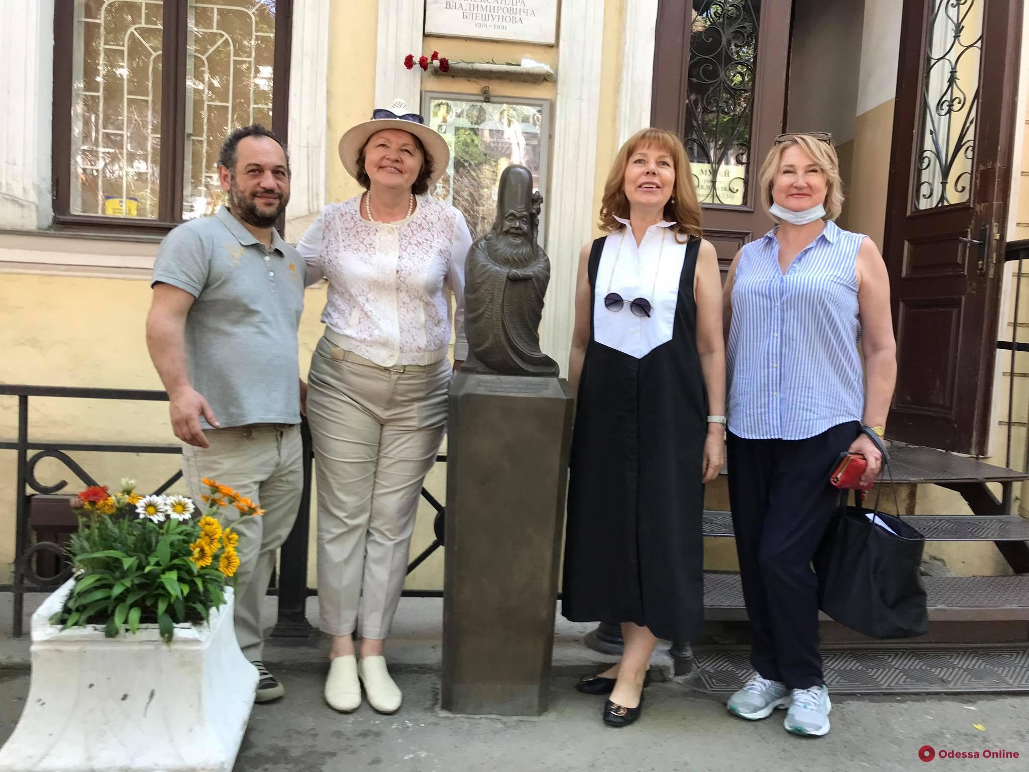 Возле одесского музея появилась исполняющая желания скульптура