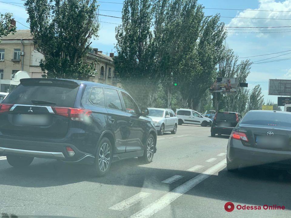 На Николаевской дороге из-за двух ДТП образовалась большая пробка (обновлено)