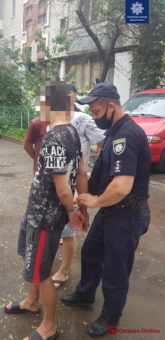 На поселке Котовского трое разбойников ворвались в отделение банка