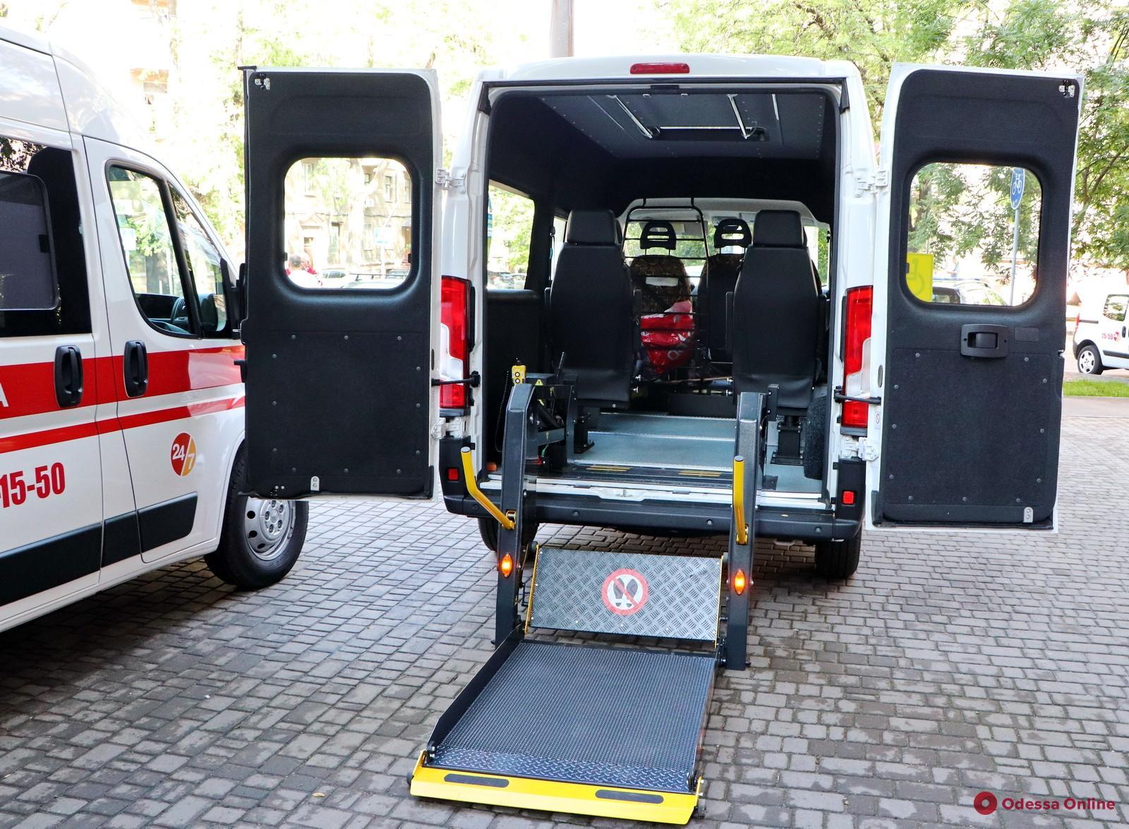 Одесская «неотложка» получила уникальный автомобиль для перевозки пациентов с инвалидностью