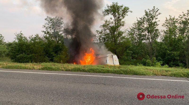 На трассе Одесса—Рени на ходу вспыхнула «ГАЗель» (видео)