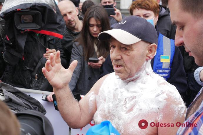 Во время акции протеста под Верховной Радой мужчина поджег себя