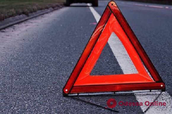 На Молдаванке пьяный лихач на «Лексусе» врезался в дерево и снес дорожный знак