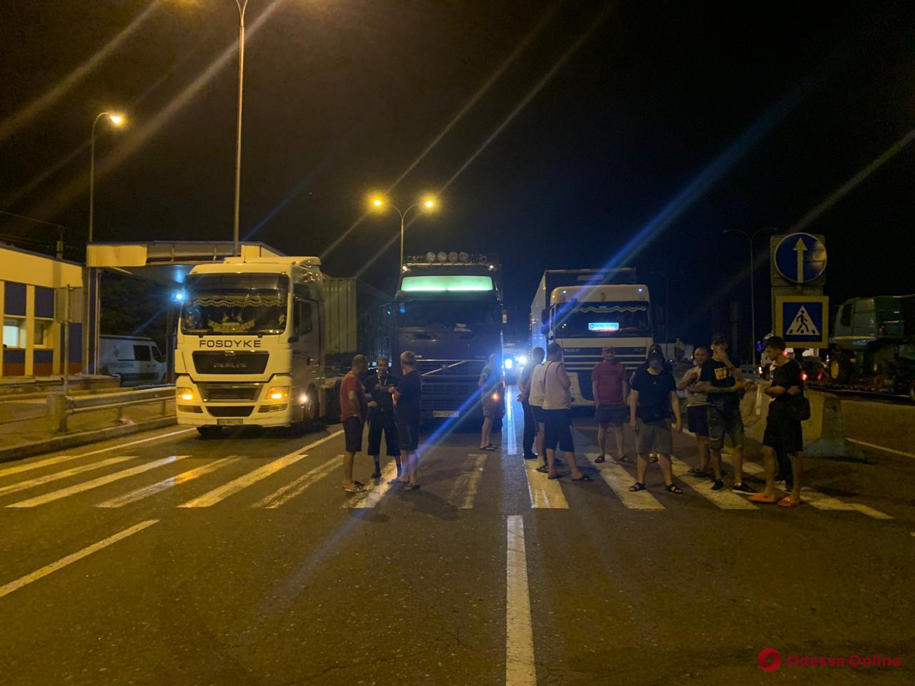 Отказались проходить весовой контроль: ночью водители грузовиков перекрывали трассу «Одесса — Киев»