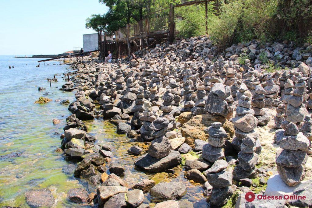 На одном из одесских пляжей появился «сад камней» (фотофакт)