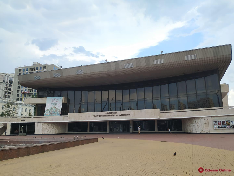Вандалы залили неизвестной черной жидкостью цоколь здания одесской Музкомедии (фото)