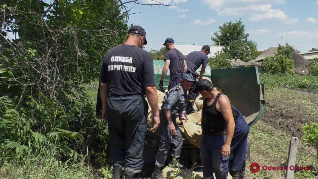 В Беляевском районе спасатели укрепляют дамбу из-за угрозы подтопления