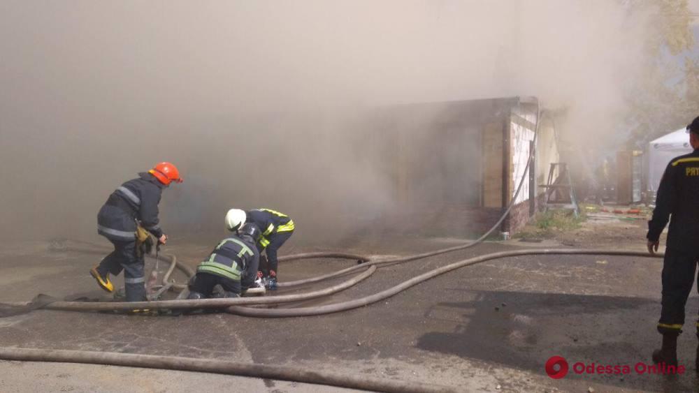 В Лузановке горит кафе (фото, обновляется)