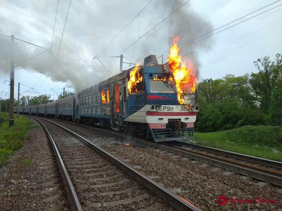 На Одесской железной дороге вспыхнула электричка (фото)
