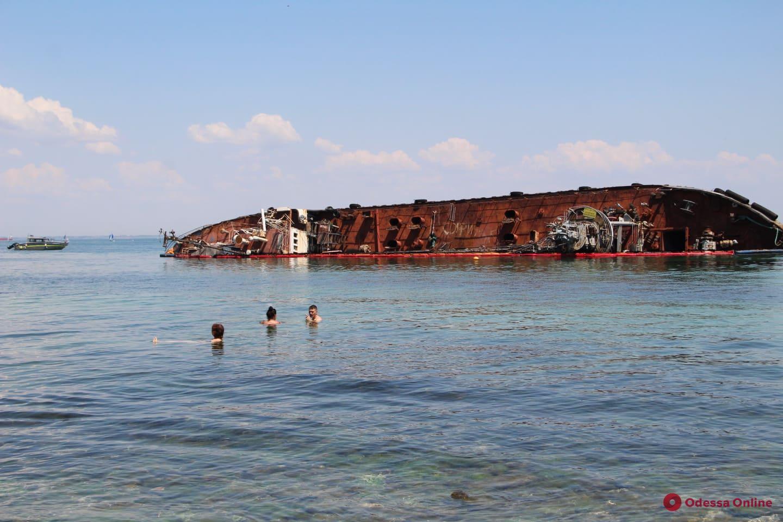 Неудержимые: несмотря на запреты одесситы стремятся отдыхать на пляже возле  Delfi (фото)