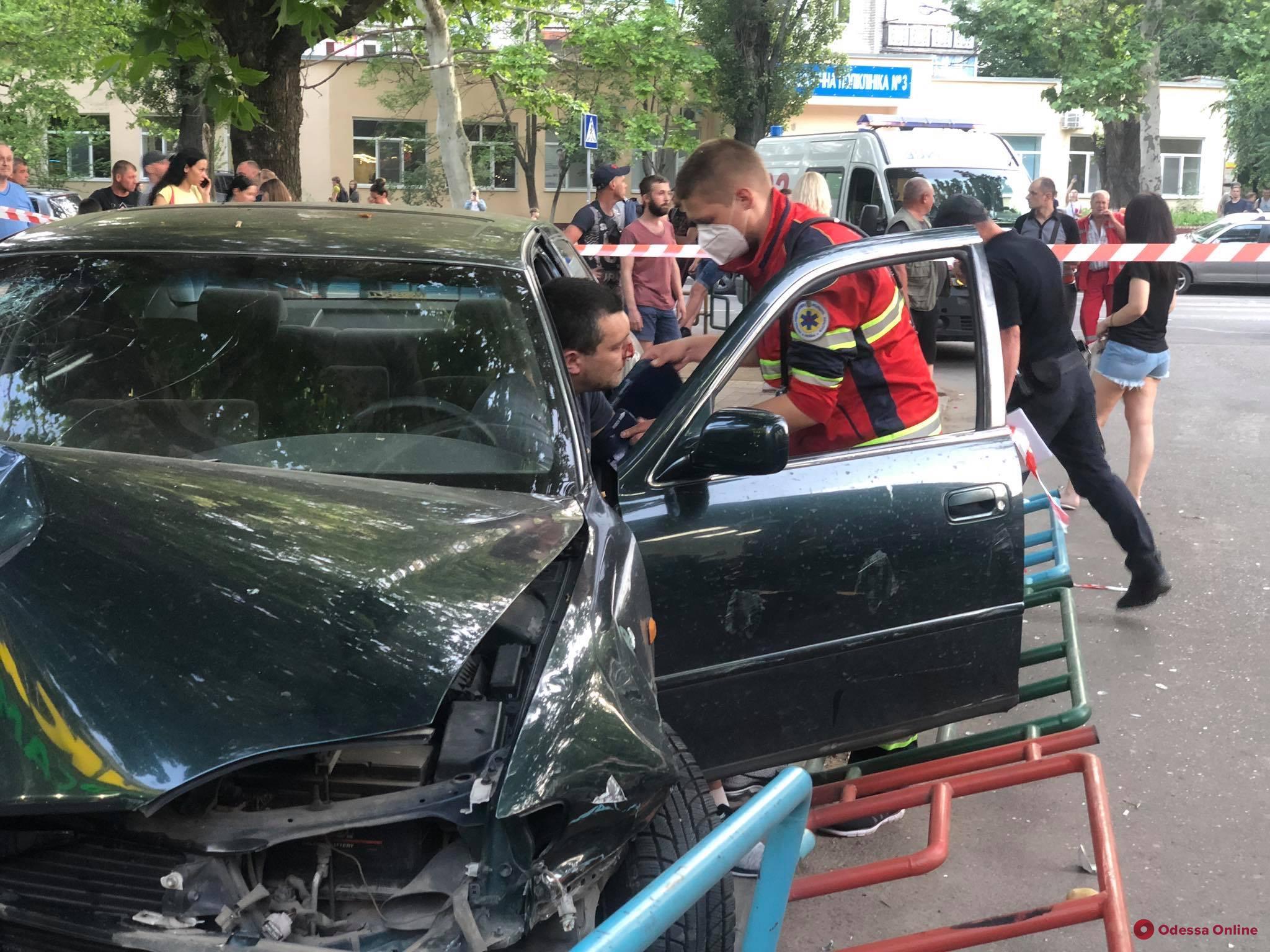 Стало плохо за рулем: на Таирова автомобиль выехал с дороги и сбил пешехода (фото, видео, обновлено)
