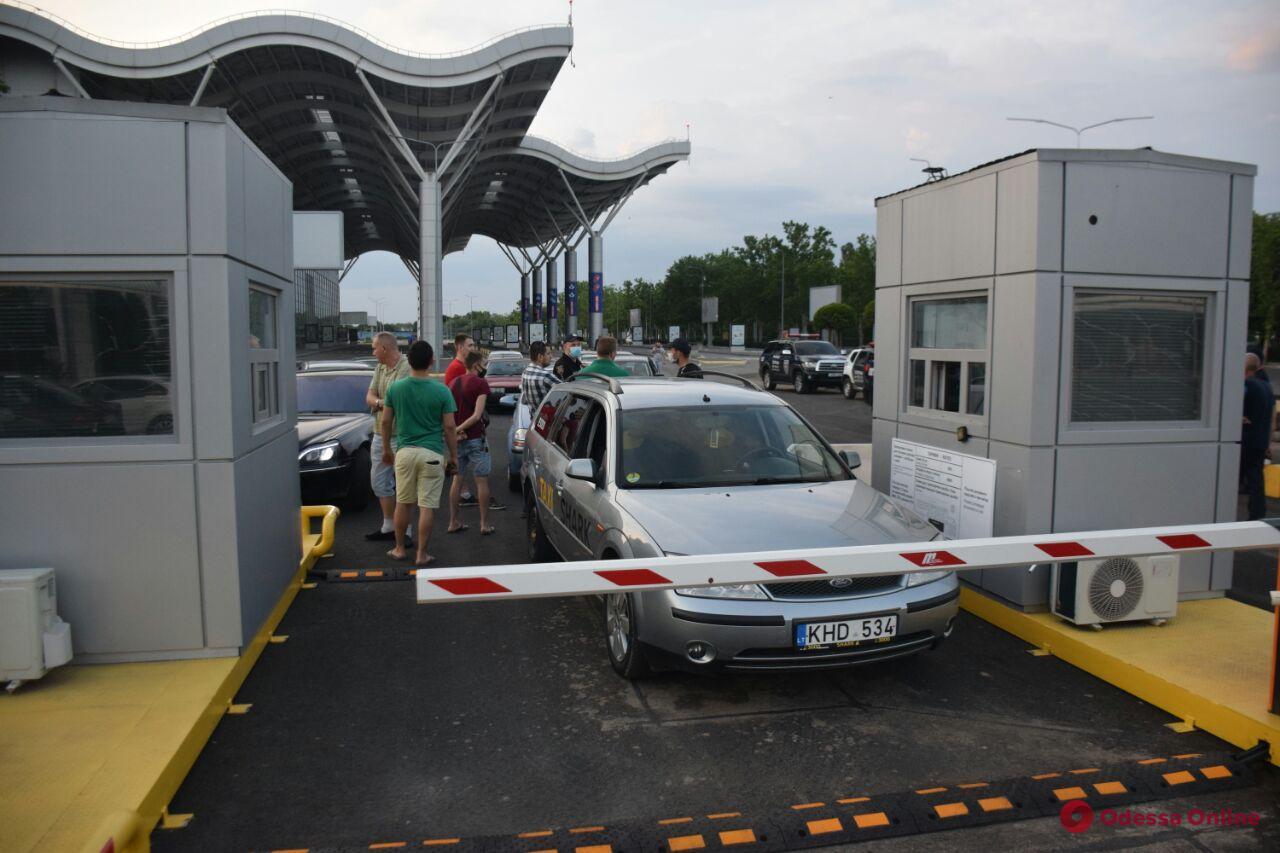 Возле Одесского аэропорта протестовали таксисты (фото, видео)