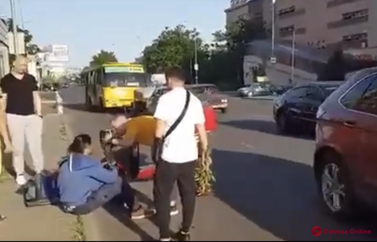 В Одессе внедорожник сбил мопедиста (видео)