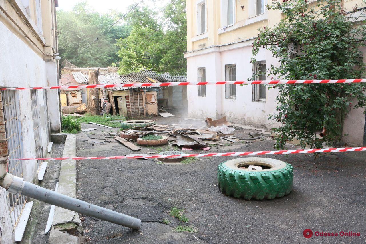 Одесса: в доме на Манежной частично обрушилась крыша (фото)