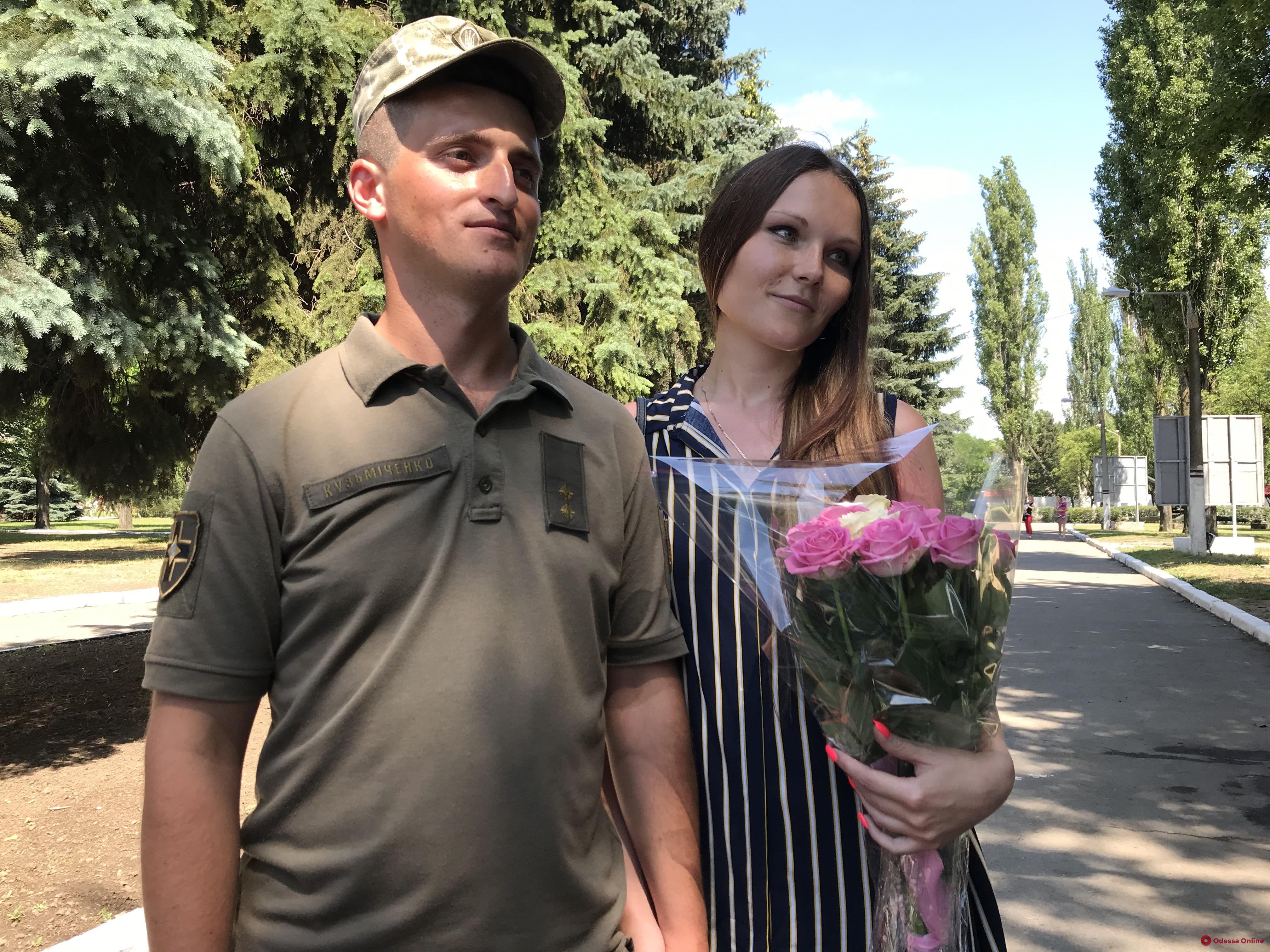 Военнослужащий одесской мехбригады прямо на плацу сделал предложение возлюбленной