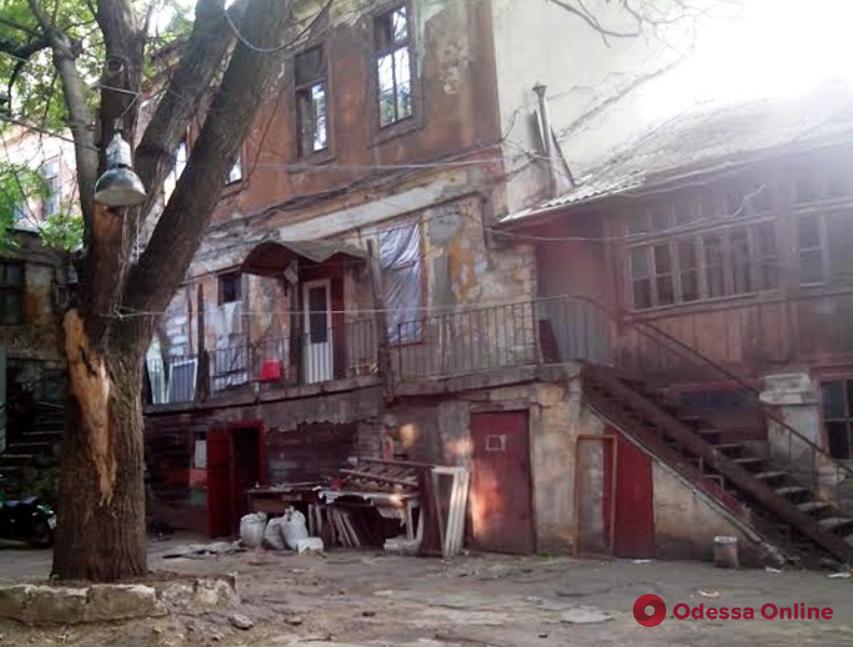 Жильцов дома в центре Одессы отселили из-за угрозы обрушения (видео)