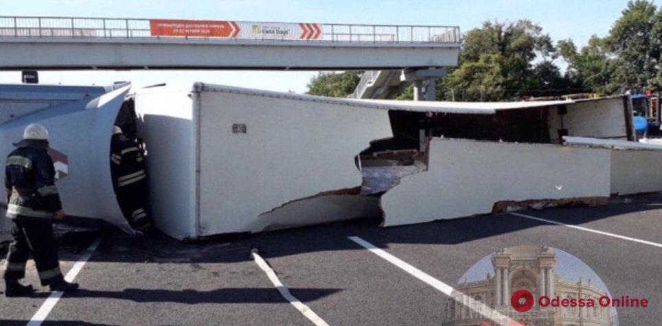 На Киевской трассе перевернулся грузовик