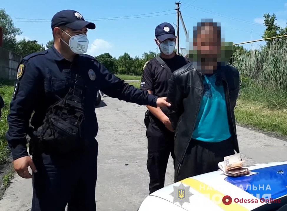 В Одесской области патрульные ловили обокравшего газозаправочную станцию мужчину