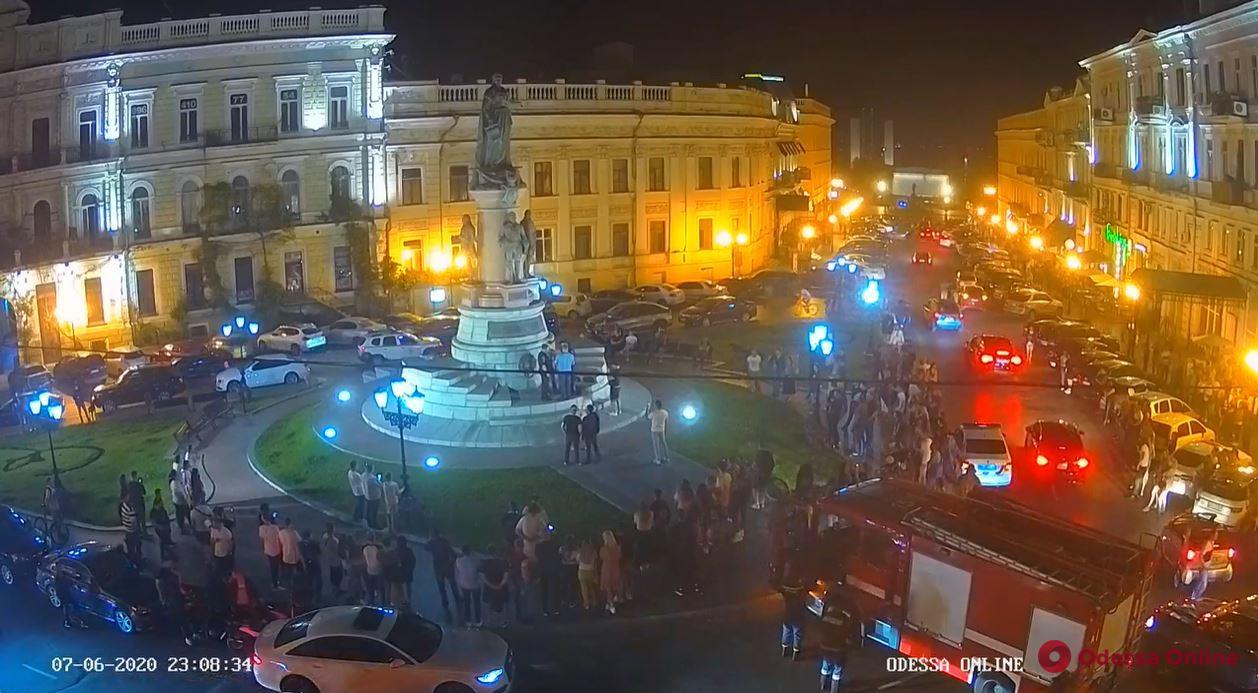 В Одессе молодой экстремал решить вымыть памятник Екатерине II (фото, видео)