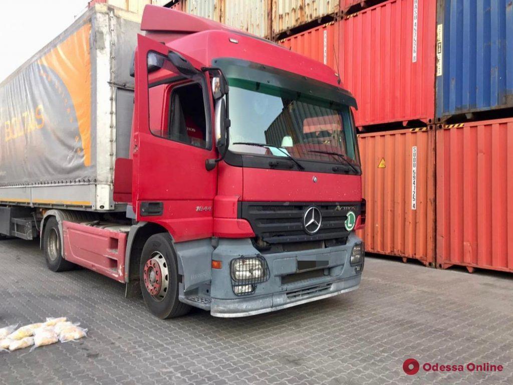 В Черноморском порту задержали грузовик с янтарной «начинкой» (фото, видео)
