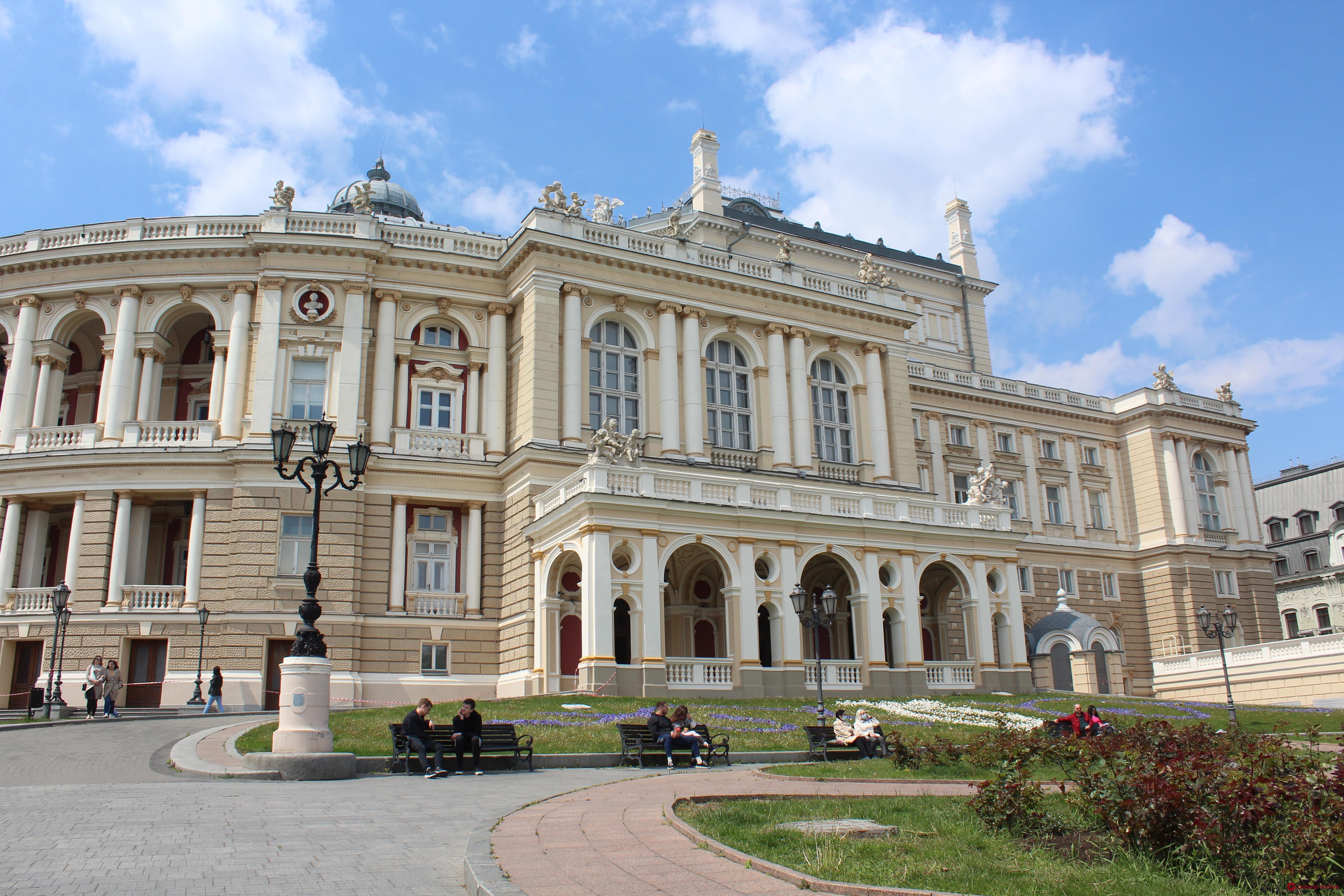 Возле одесского Оперного театра гадалка ограбила 17-летнюю девушку