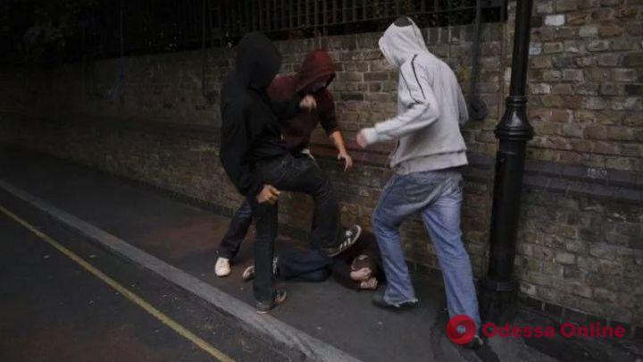 На Варненской трое подростков избили и ограбили одессита