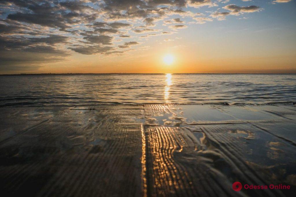 Первый летний рассвет на пляже «Ланжерон» (фото, видео)