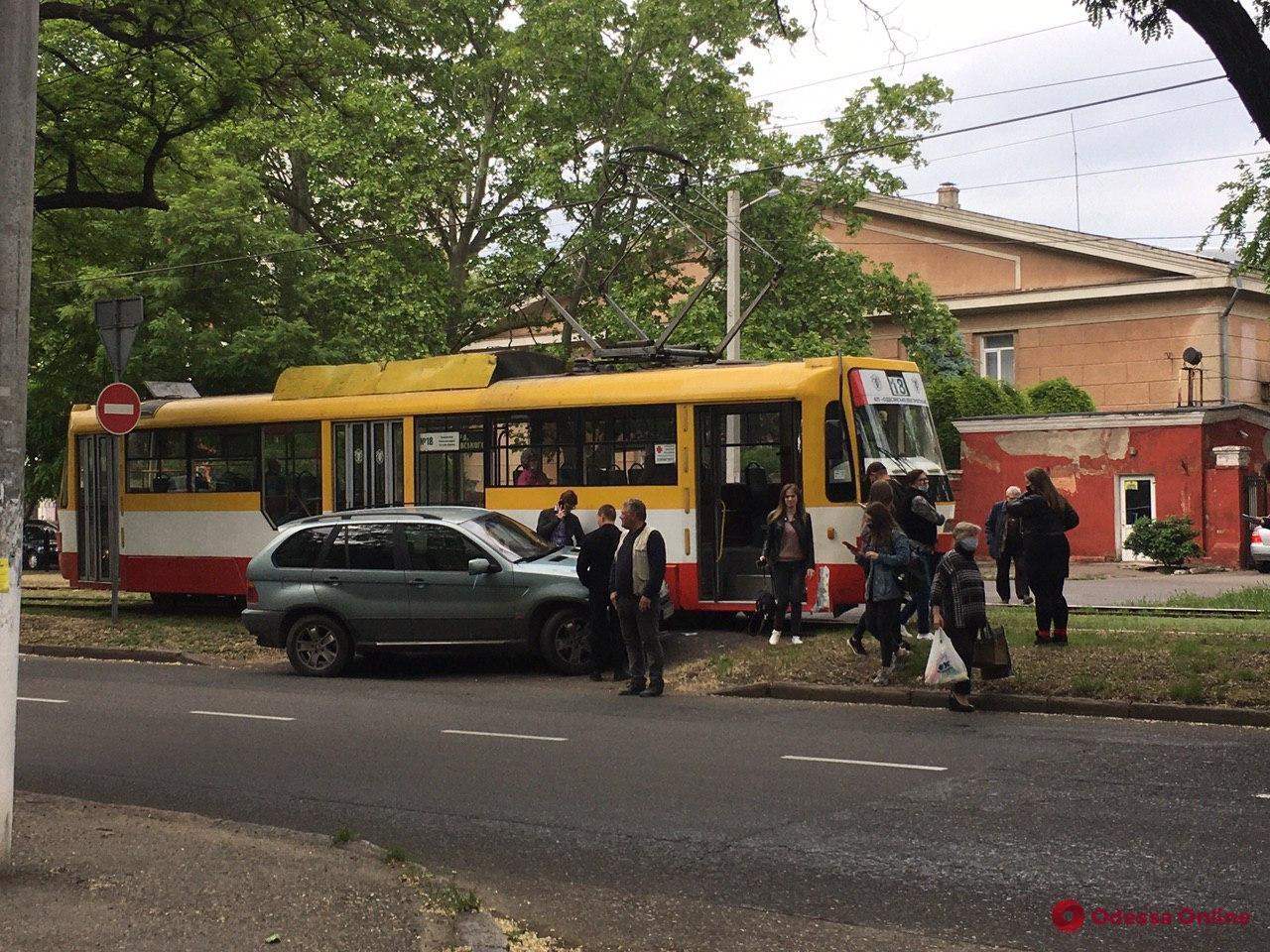 На Фонтанской дороге трамвай и BMW не поделили дорогу (обновлено)