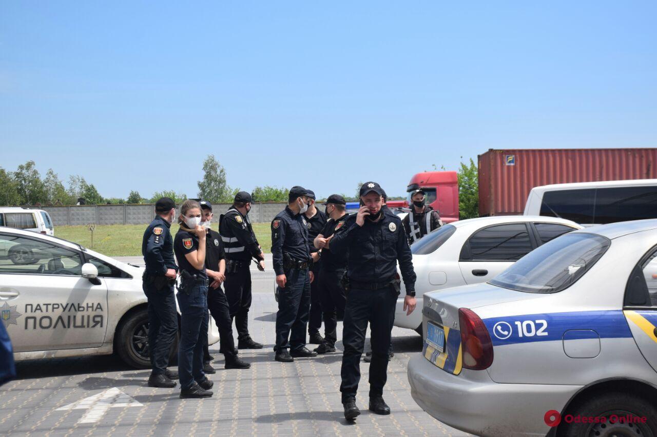 Одесские активисты заблокировали работу автозаправки из-за отсутствия кассовых аппаратов (фото)