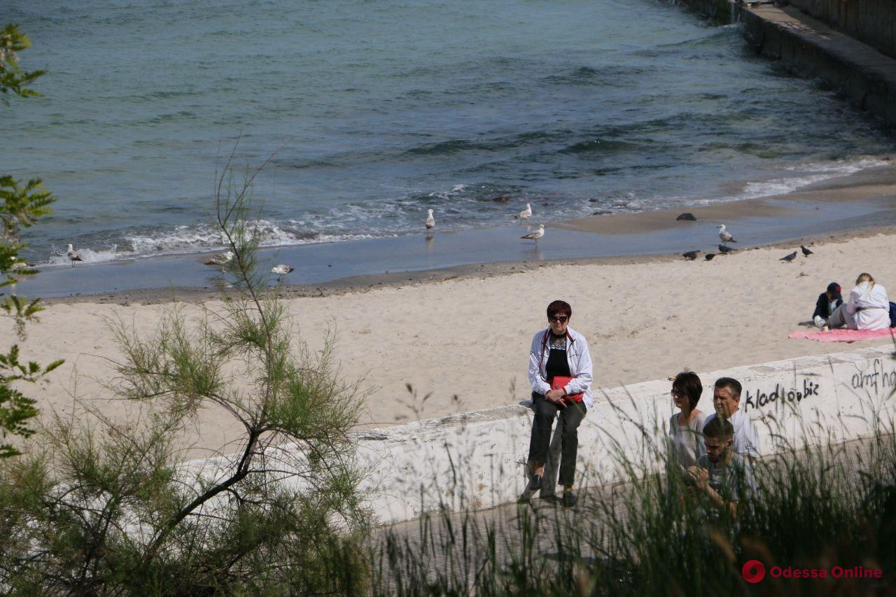 Эх, лето: одесситы не спешат купаться в море (фоторепортаж)