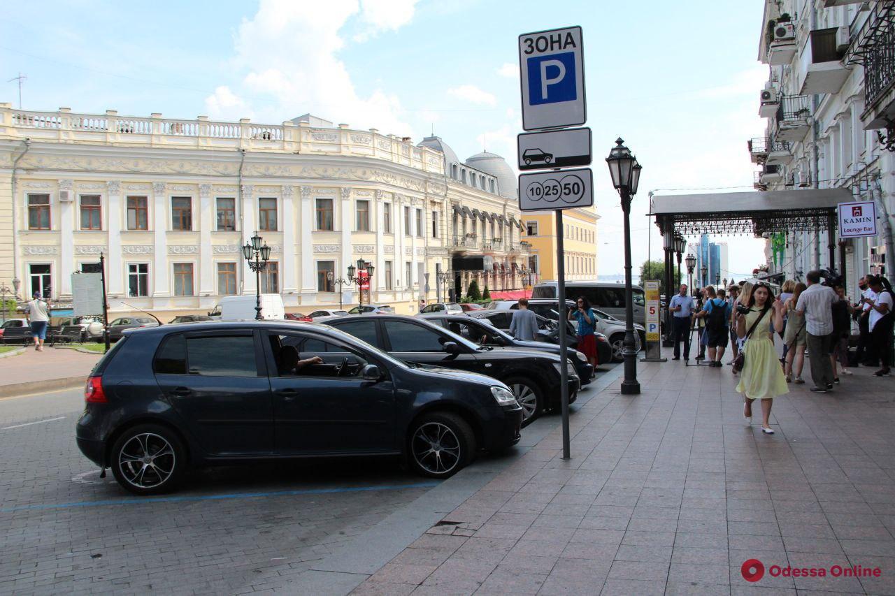 Одесситам показали, как работает первая муниципальная парковка на Екатерининской площади (фото)