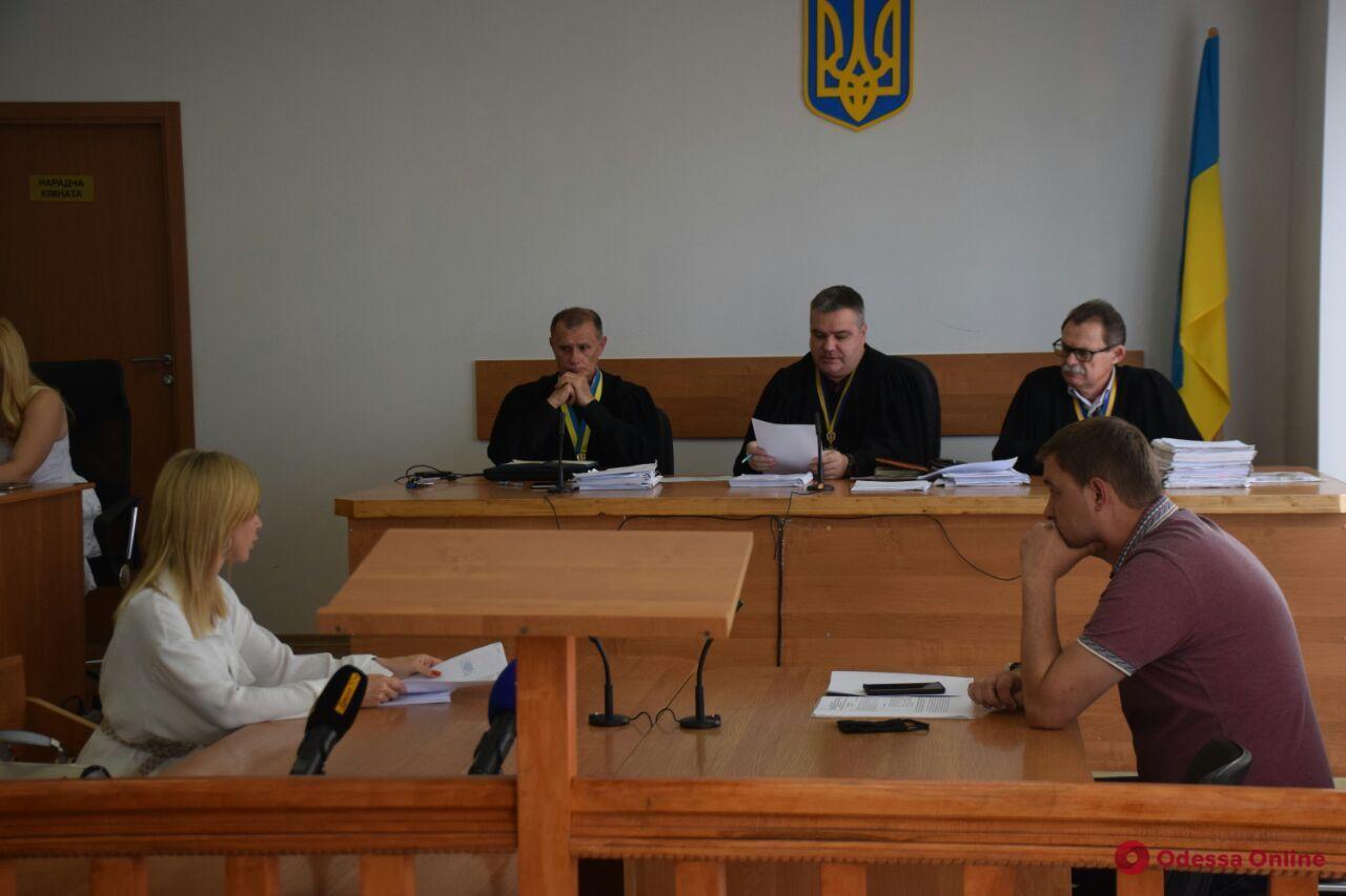 Подозреваемые в поджоге авто одесского адвоката пытаются выйти из СИЗО