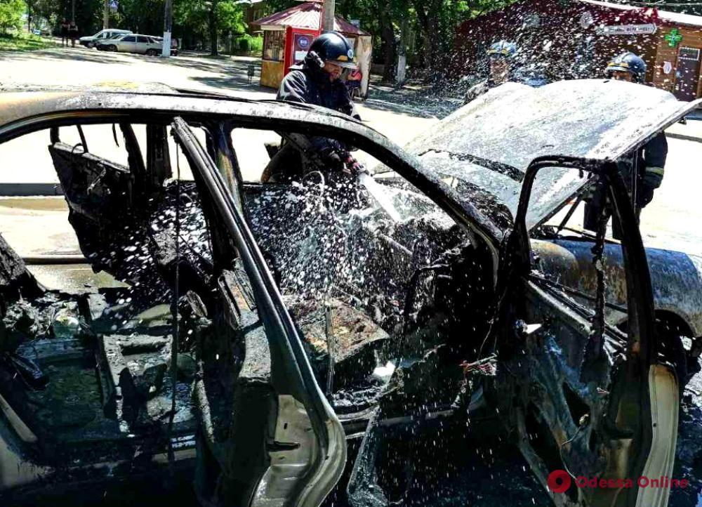 На Молдаванке горит легковушка (обновлено)